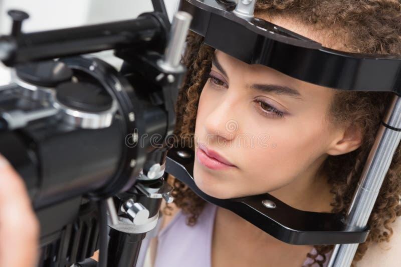 Mujer que hace la prueba del ojo imagen de archivo libre de regalías