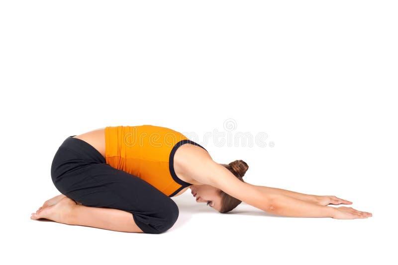 Mujer que hace la yoga extendida Asana de la actitud del niño imagen de archivo