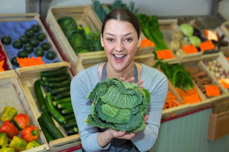 Mujer que hace servicio a domicilio la caja vegetal orgánica imagen de archivo