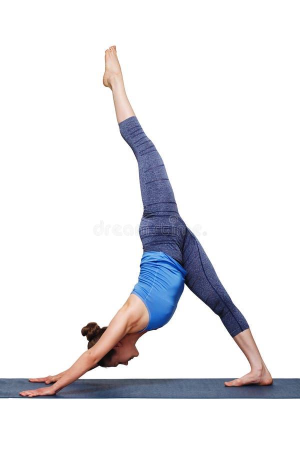 Mujer que hace svanasana del adhomukha del pada de Eka de la yoga de Hatha fotografía de archivo libre de regalías