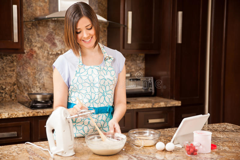 Mujer que hace talud de torta imagen de archivo