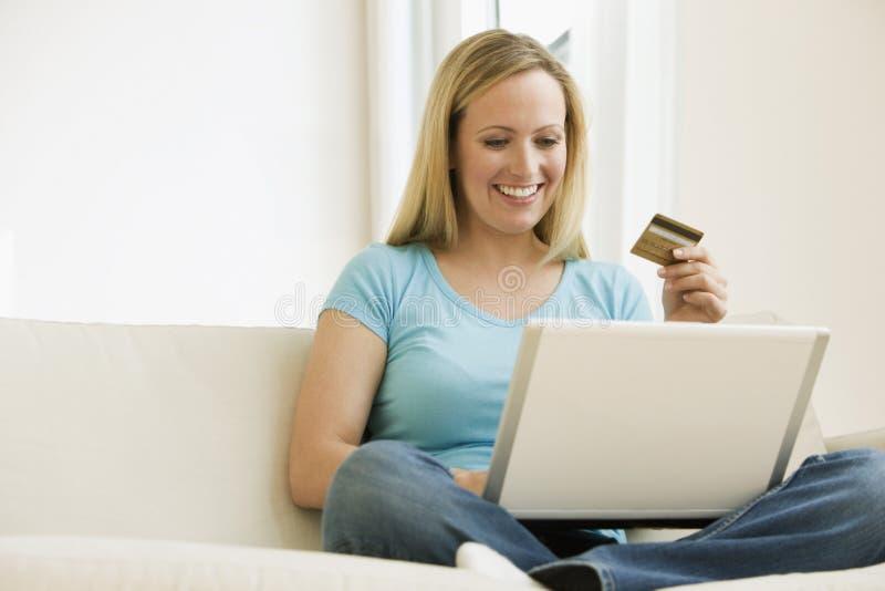 Mujer que hace una compra en línea fotografía de archivo libre de regalías