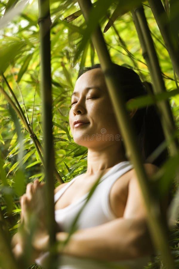 Mujer que hace yoga. fotografía de archivo libre de regalías