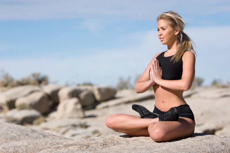 Mujer que hace yoga foto de archivo