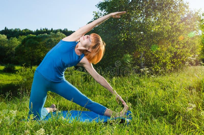 Mujer que hace yoga foto de archivo libre de regalías