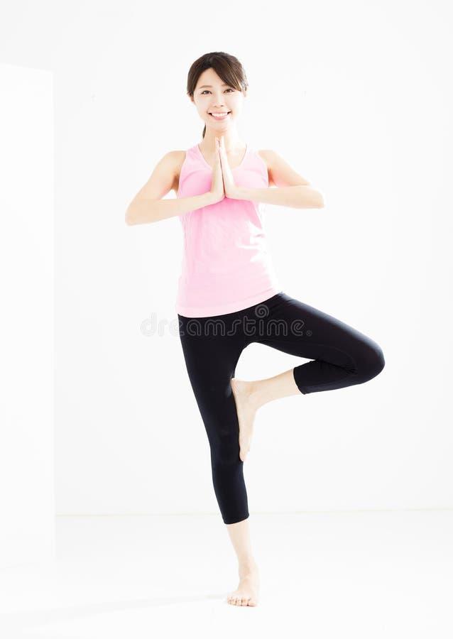mujer que hace yoga del stretchingde la aptitud imagen de archivo