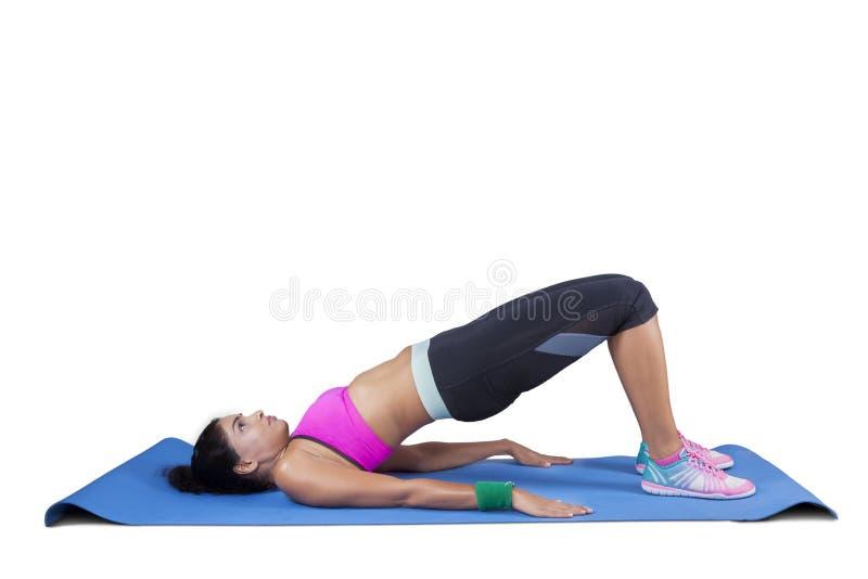 Mujer que hace yoga en actitud del puente imágenes de archivo libres de regalías