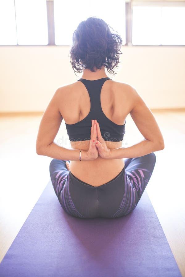 Mujer que hace yoga en el piso de madera fotos de archivo libres de regalías