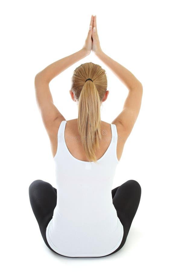 Mujer que hace yoga sobre el fondo blanco foto de archivo libre de regalías
