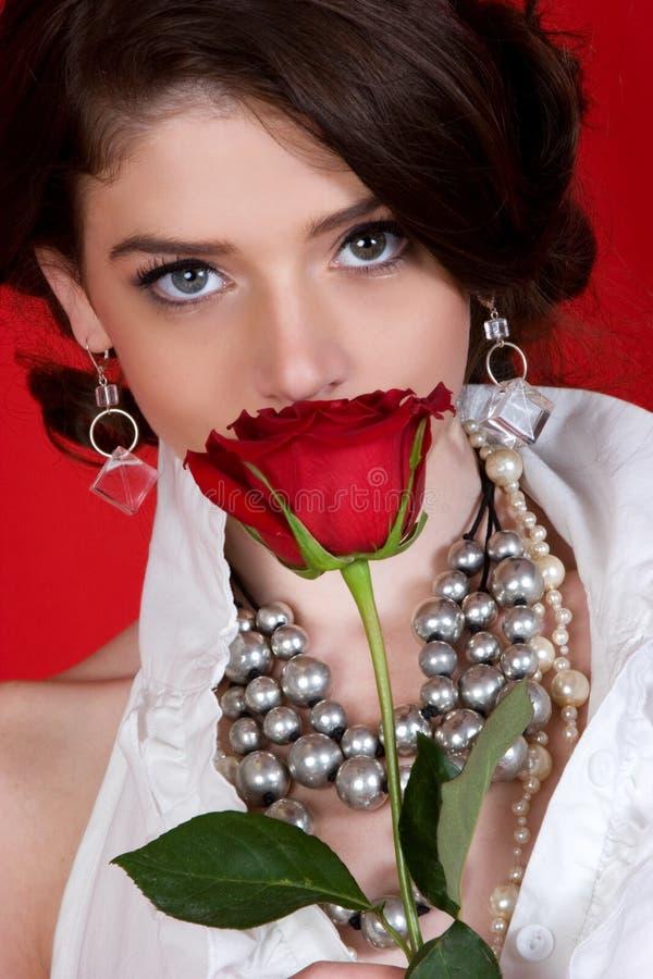 Mujer que huele a Rose imagen de archivo