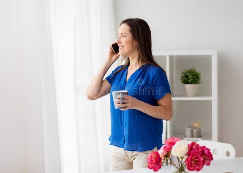 Mujer que invita a smartphone en la oficina o el hogar imagen de archivo