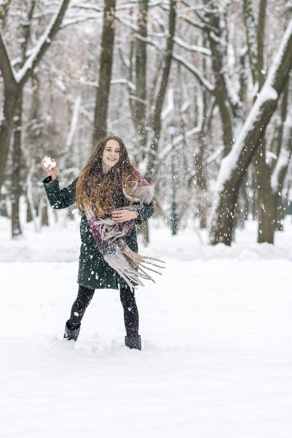 Mujer que juega bolas de nieve foto de archivo