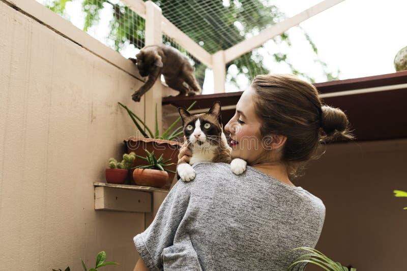 Mujer que juega con Cat Holiday fotos de archivo libres de regalías