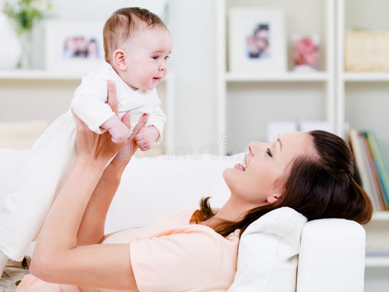 Mujer que juega con el bebé