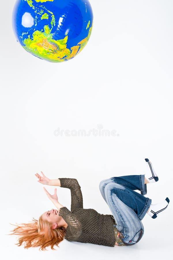 Mujer que juega con el globo imagenes de archivo