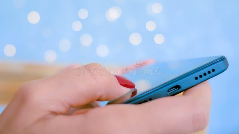 Mujer que juega con el tel?fono elegante fotos de archivo libres de regalías