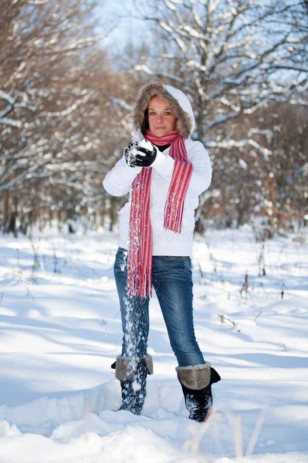 Mujer que juega con las bolas de nieve imágenes de archivo libres de regalías