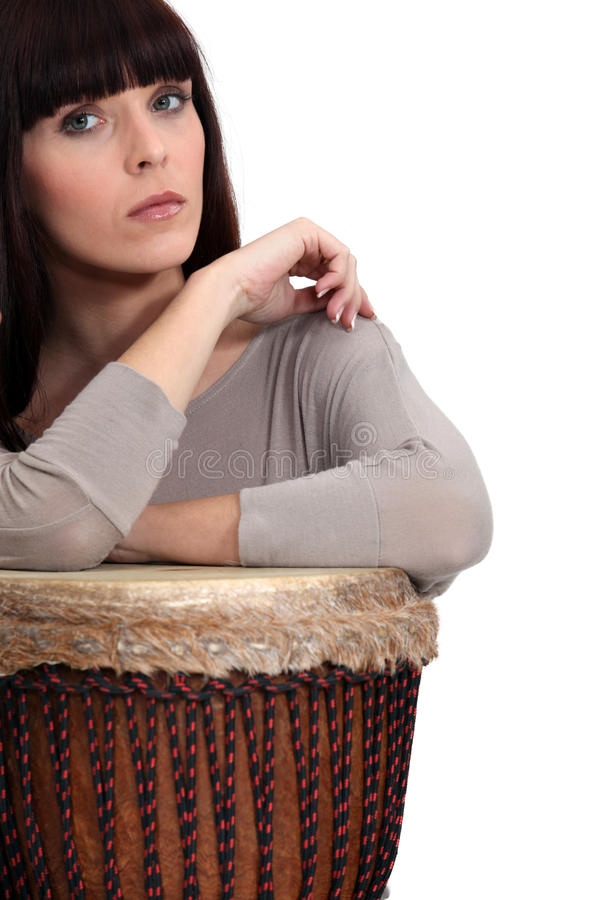 Mujer que juega el bongo fotos de archivo libres de regalías