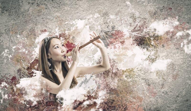 Mujer que juega el fife imagenes de archivo