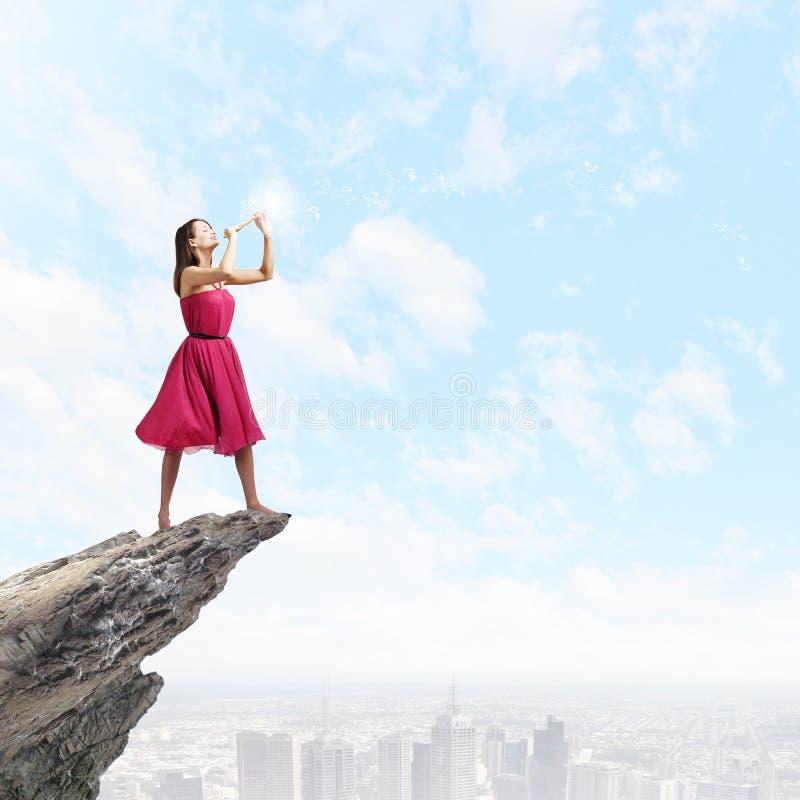 Mujer que juega el fife imagen de archivo libre de regalías