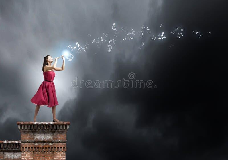 Mujer que juega el fife fotografía de archivo