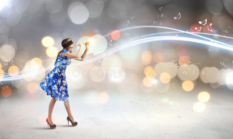 Mujer que juega el fife foto de archivo