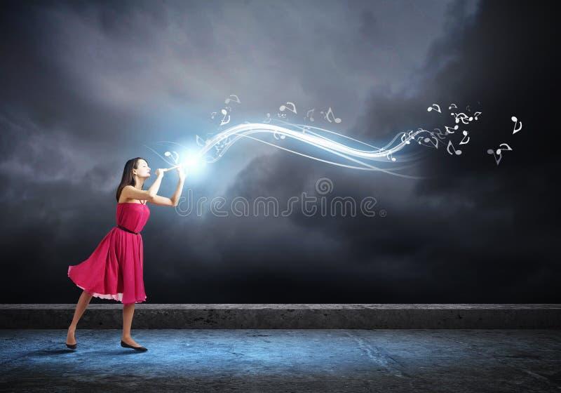 Mujer que juega el fife imagen de archivo