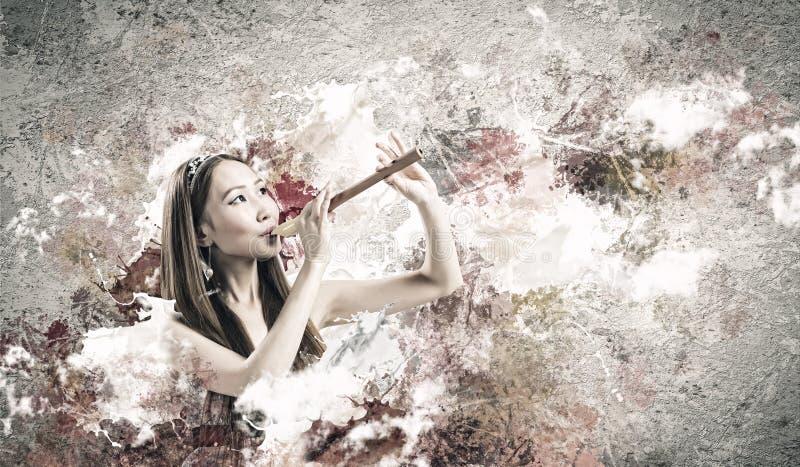 Mujer que juega el fife foto de archivo libre de regalías