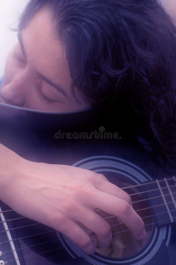 Mujer que juega el foco suave de la guitarra imágenes de archivo libres de regalías