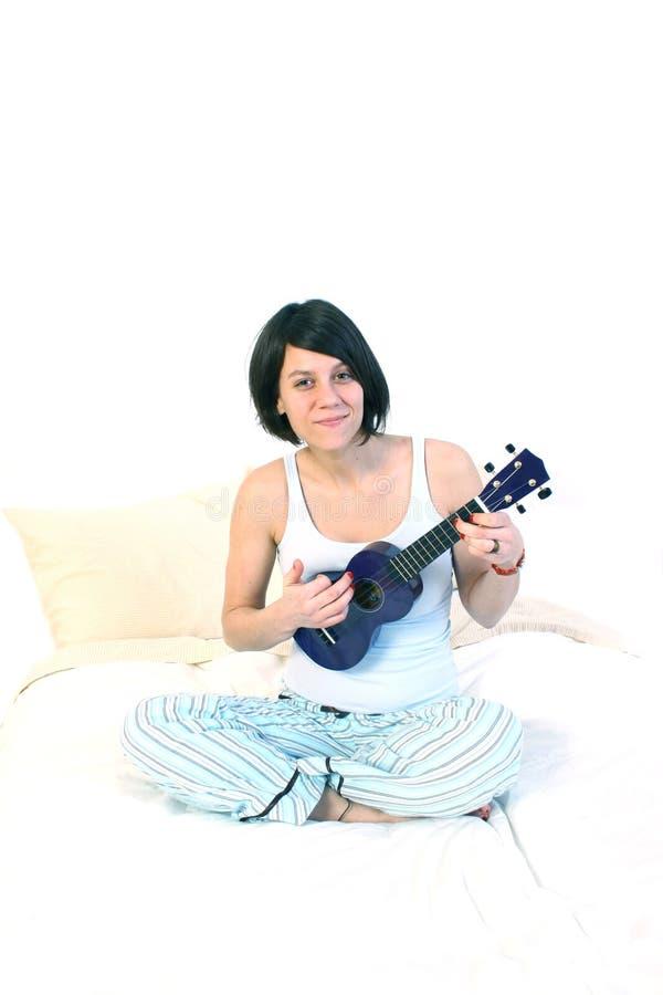 Mujer que juega el ukulele fotos de archivo