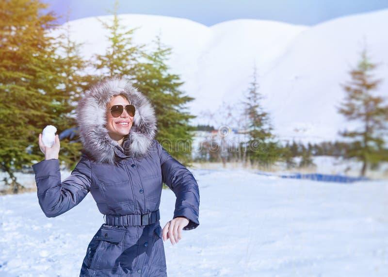 Mujer que juega en parque del invierno fotografía de archivo