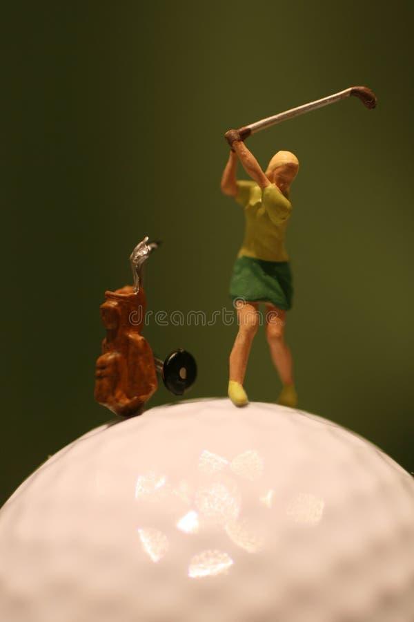 Mujer que juega a golf imágenes de archivo libres de regalías