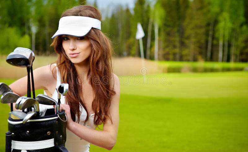 Mujer que juega a golf en un verde imagenes de archivo