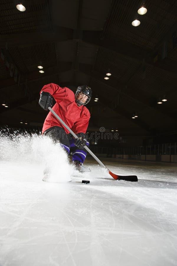 Mujer que juega a hockey. imagenes de archivo