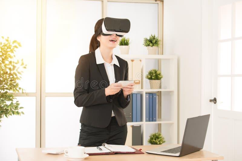 Mujer que juega los vidrios de la realidad virtual de los videojuegos foto de archivo libre de regalías