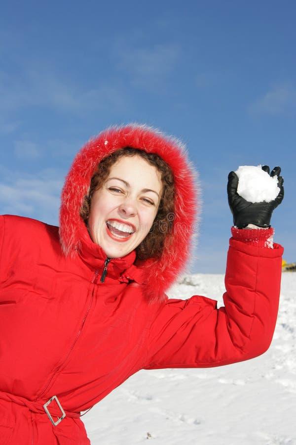 Mujer que juega lucha de la bola de nieve fotos de archivo