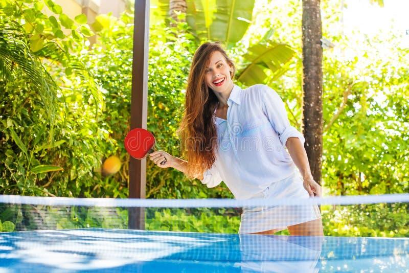 Mujer que juega a ping-pong imagenes de archivo