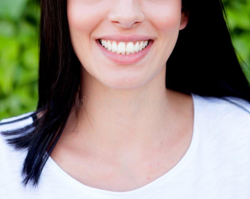 Mujer que le muestra los dientes perfectos imágenes de archivo libres de regalías