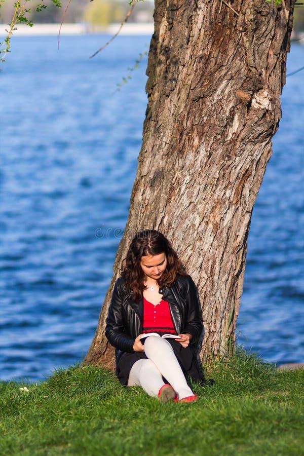 Mujer que lee un libro imágenes de archivo libres de regalías