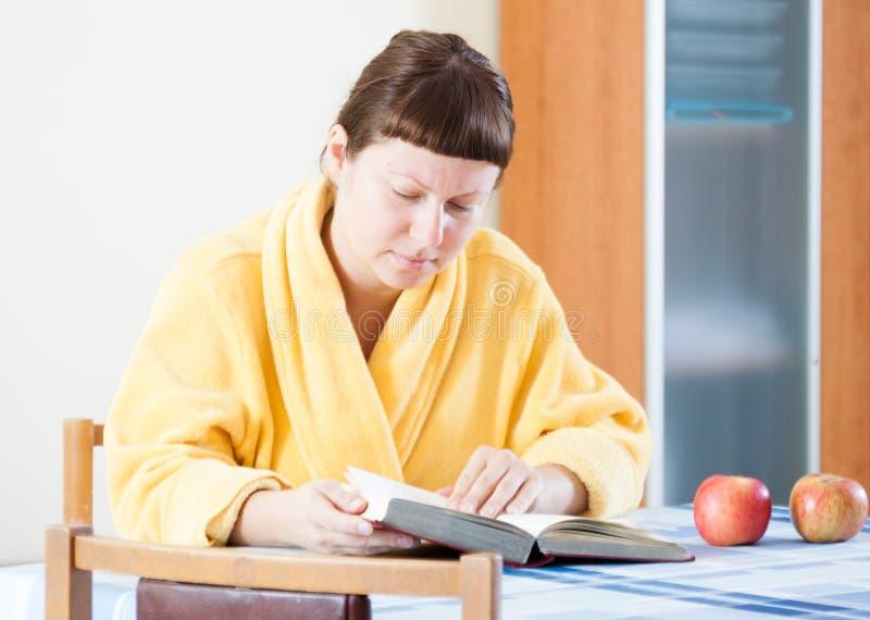 Mujer que lee un libro imagen de archivo
