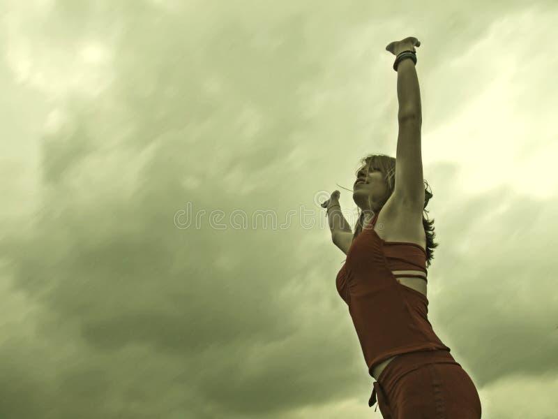 Mujer que levanta sus brazos   imágenes de archivo libres de regalías