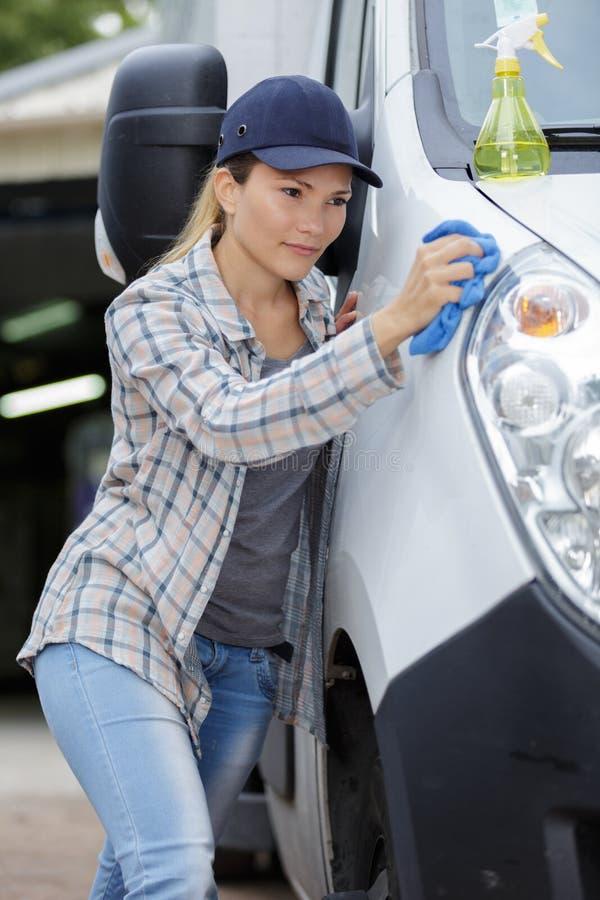Mujer que limpia el coche interior fotografía de archivo libre de regalías