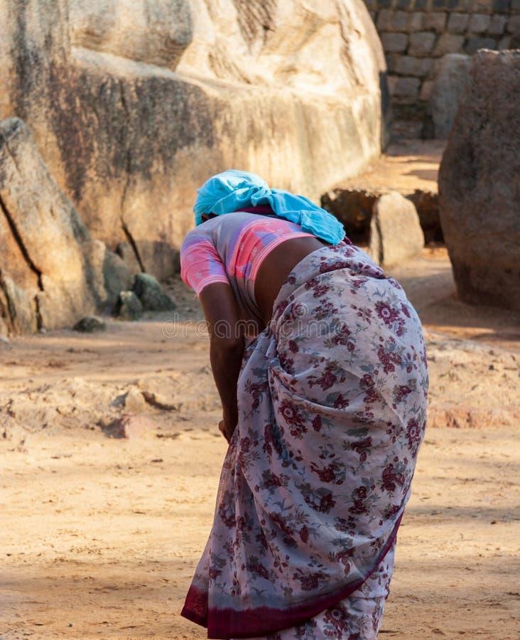 Mujer que limpia el templo de la orilla, uno del structura más viejo de la India foto de archivo libre de regalías