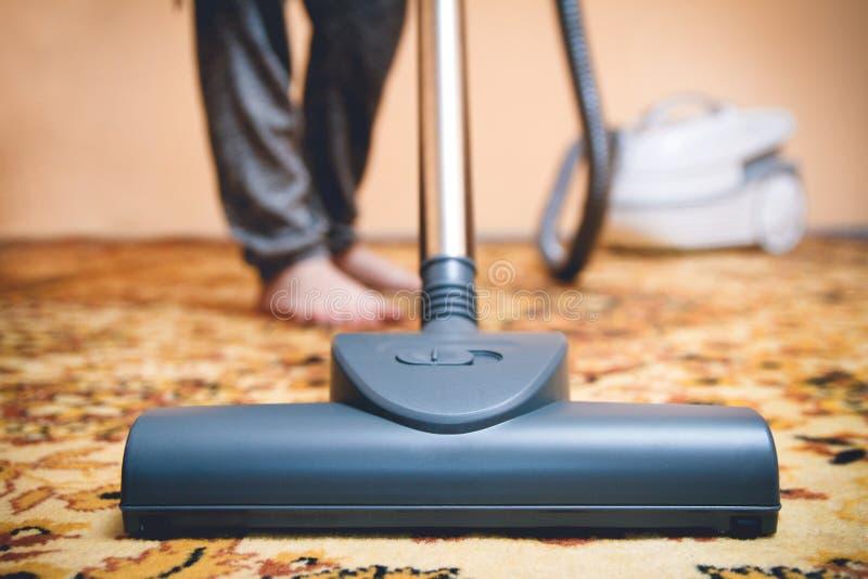 Mujer que limpia la alfombra persa vieja imagen de archivo