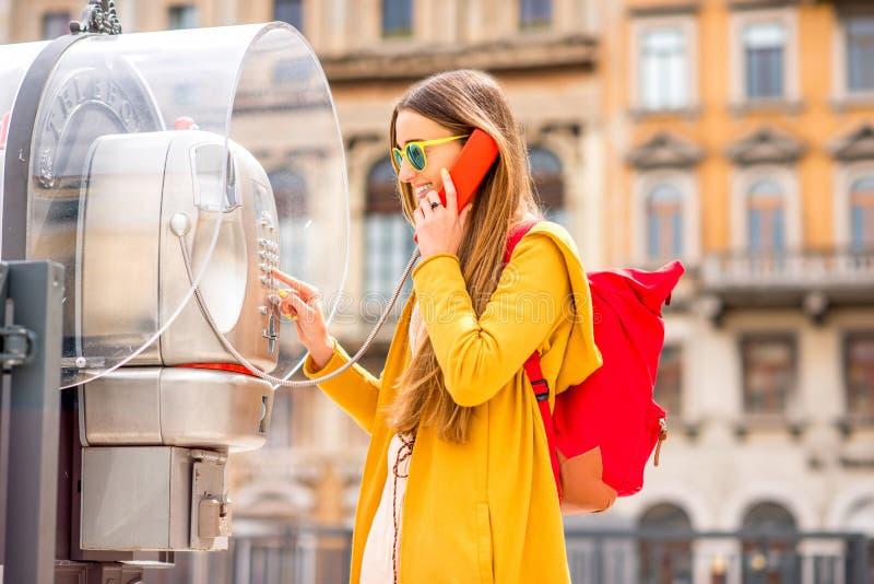 Mujer que llama con la caja de llamada fotografía de archivo