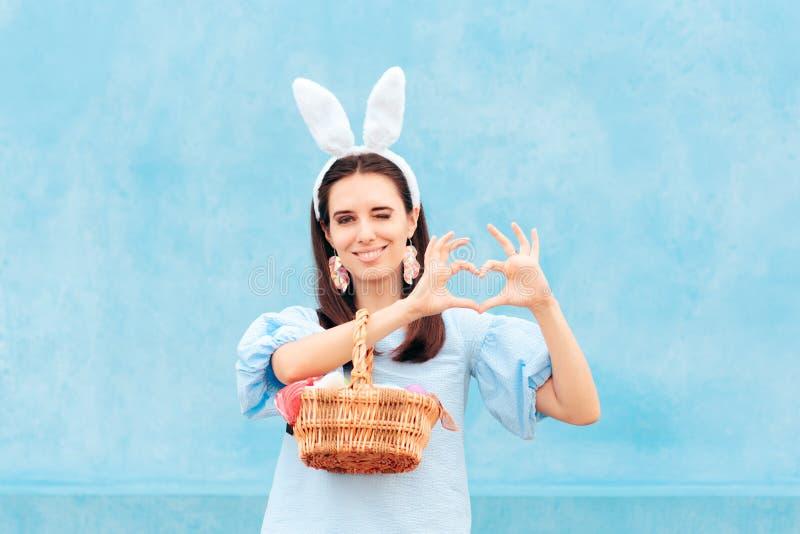 Mujer que lleva a Bunny Ears Holding Easter Basket de huevos foto de archivo libre de regalías