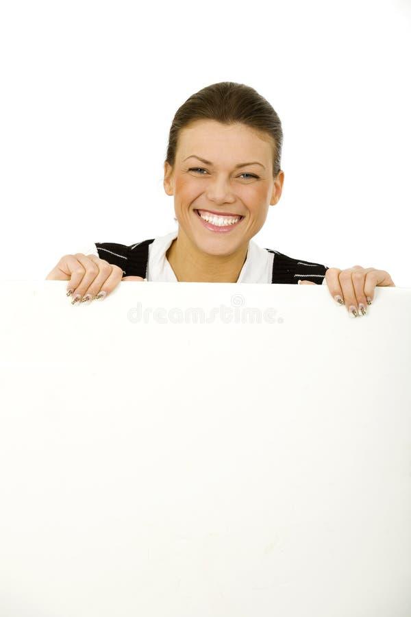 Mujer que lleva a cabo al tablero en blanco blanco imagenes de archivo