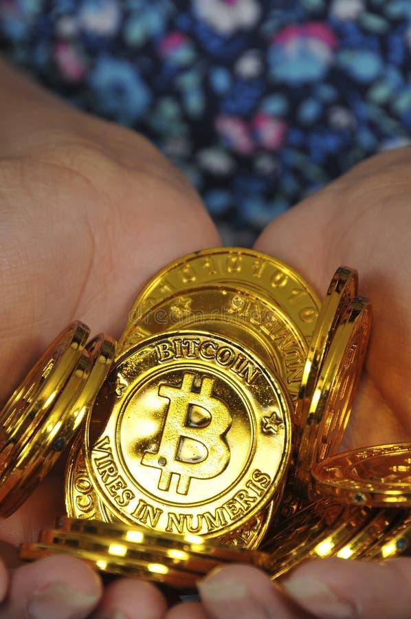 Mujer que lleva a cabo el bitcoin imagen de archivo libre de regalías