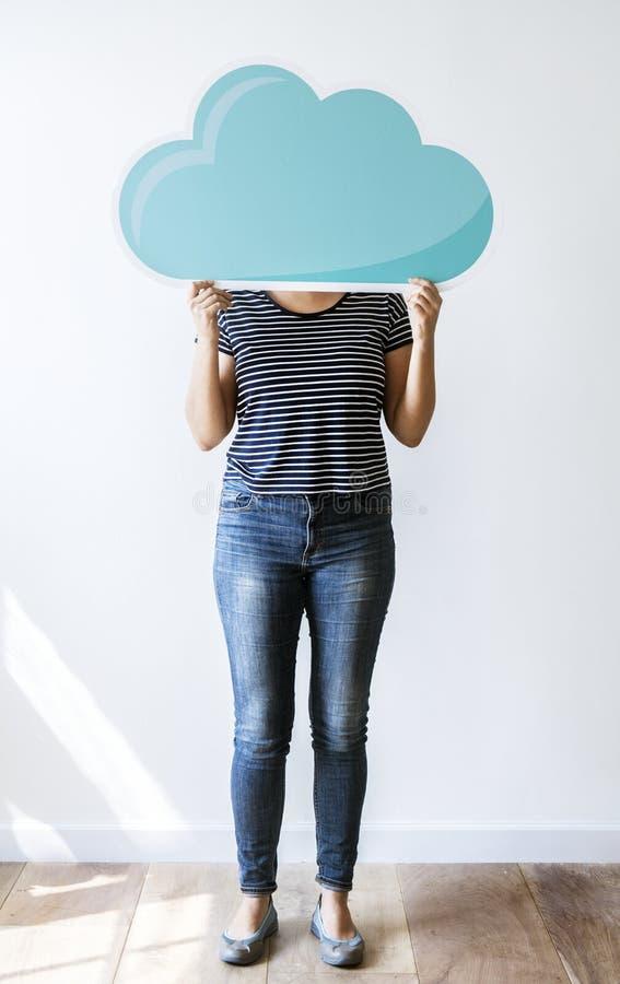 Mujer que lleva a cabo el icono de la red de la nube imagenes de archivo