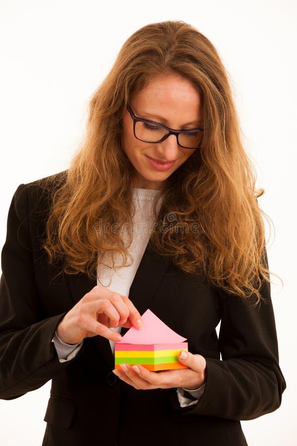 Mujer que lleva a cabo la etiqueta engomada del marcador con el espacio de la copia para el texto adicional fotos de archivo libres de regalías